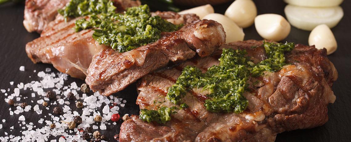 Steak de res con chimichurri de romero